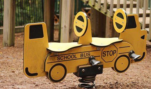 幼稚園バスの安全性 シートベルトないけど大丈夫なの?